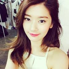 Olá, me chamo Park Yang Mi, sou metade coreana e metade americana, mais americana porque nasci nos EUA, tenho 17 anos e posso dizer que a minha vida é boa e feliz, não sou rica, mas tenho uma condição financeira bem estável