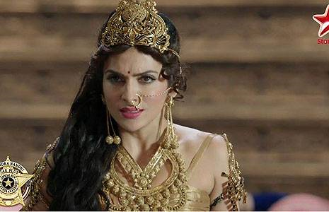 rani maithili khanna, age: 43: she is ruhaan and ashok's mother, Abhay's husband and queen of the Khanna empire in Anga