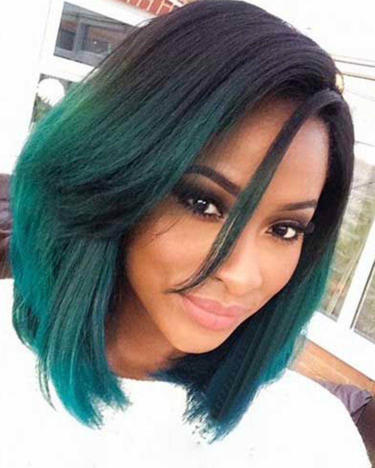 Зеленые пряди на темных волосах