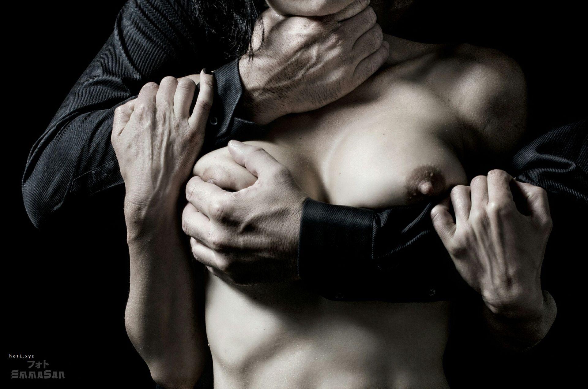 Мужчина держит сиськи девушки