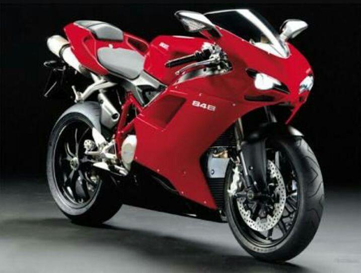 Vou para garagem pega minha bebê 2, minha bela moto Ducati vermelha