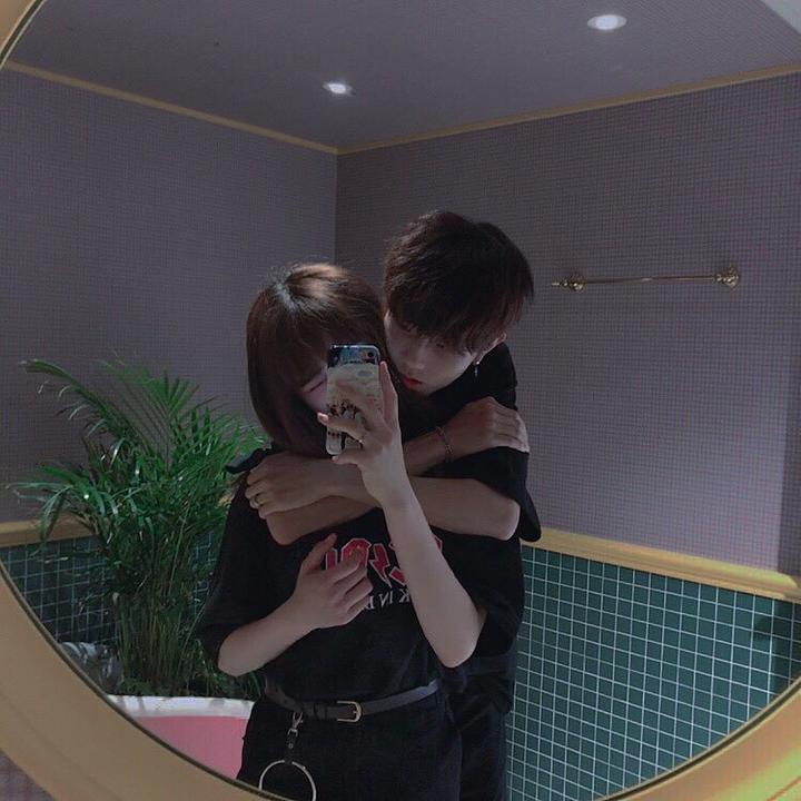 °Cuando quiera besos o abrazos no lo diría, él solamente se señalaría la mejilla o la boca y también abriría mucho los brazos para que lo abraces