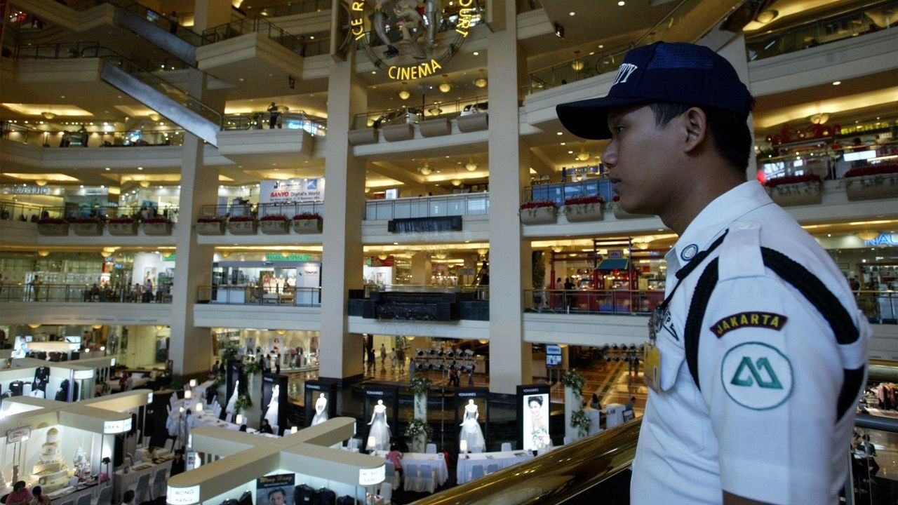 Aku bekerja sebagai pengawal keselamatan di sebuah 'Shopping Mall' terletak tidak jauh dari tempat kejadian, Walaupun aku berasa takut namun aku memberanikan juga diriku menghampiri tubuh tersebut