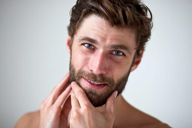 """Salah satu kunci sukses menukur, kata McMillen, adalah """"menjaga wajah normal atau beristirahat saat memangkas"""" Pike menambahkan bahwa mencukur kumis sangat penting, bukan menggunakan gunting listrik, membiarkan hasil yang lebih alami dengan gunti..."""