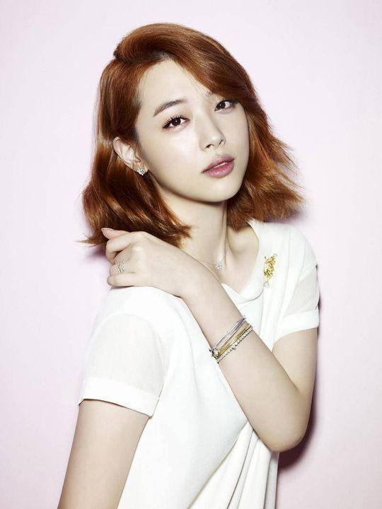 Nome artístico: SulliNome verdadeiro: Choi Jin RiAniversário: 29/03/1994Altura: 1,70Posição: Face e vocalistaCuriosidade: Coleciona perfumes e é viciada em sorvete
