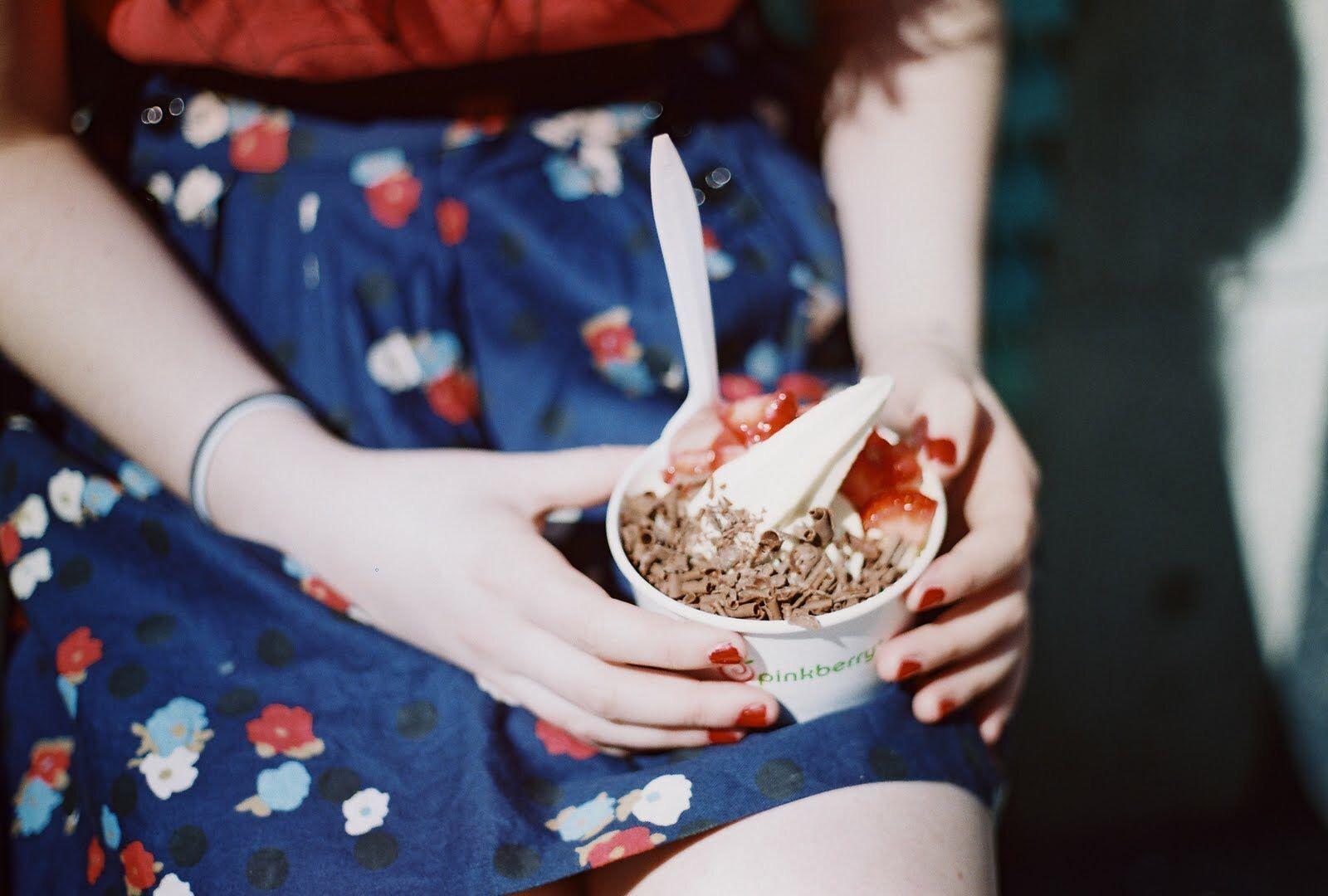 Фото девушка с мороженым без лица