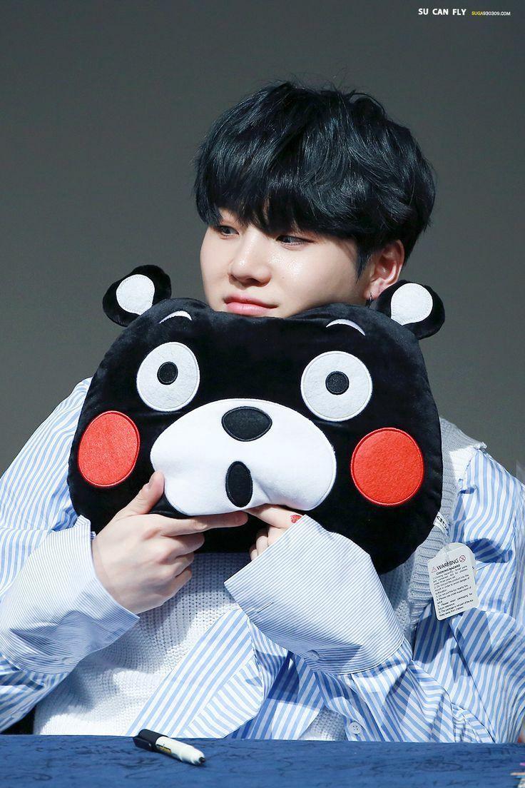"""Seu nomeartístico""""SUGA"""", foi dado porBang Sihyuk, porque ele tem um sorriso doce e pele branca"""