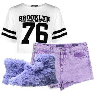 """Всё ещё в сонном состоянии натянула первые попавшиеся вещи: белый топ с чёрными полосками на рукавах и чёрной надписью """"BROOKLYN 76"""", нежно-сиреневые шорты и волосатые тапки сине-фиолетового цвета"""
