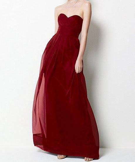 Facile dirlo per lei, è semplicemente stupenda! Ha un lungo vestito rosso sangue senza spalline, formato da leggeri veli che la fanno sembrare una delicata fata