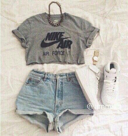 Eu tomei um banho e vesti um cropt cinza da Nike Air,um short jeans e um tenis branco,peguei meu skate e fui pra casa da Tabatha
