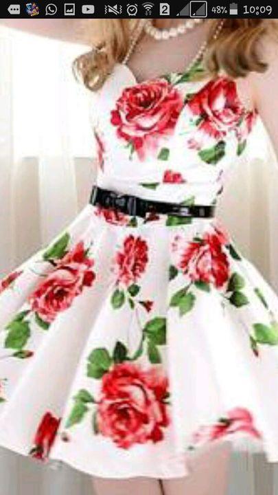 - Nossa olha esse vestido!  Disse indo até um vestido branco com umas flores vermelhas estampadas