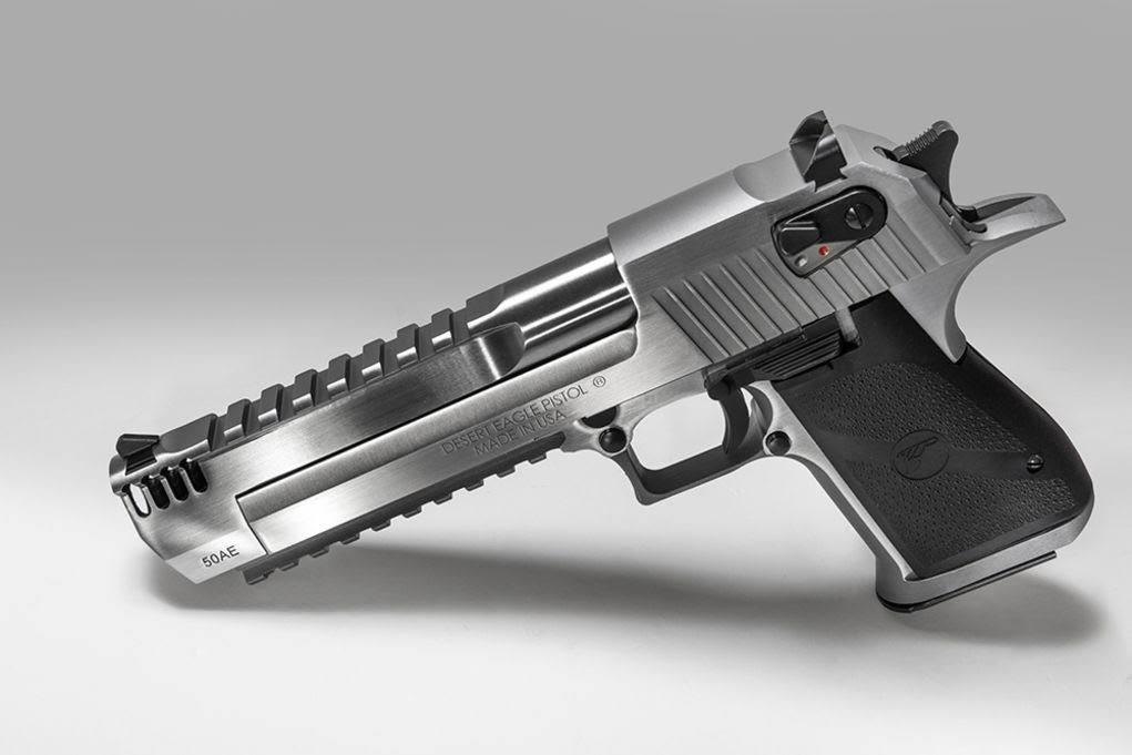 Tràn Hạo rút một khẩu súng lục Desert Eagle, từ trong túi áo vest của mình ra nhắm vào người của Thomas Franco Jr