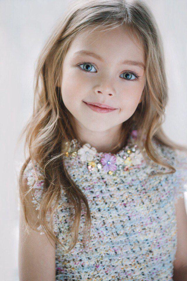 »η μικρή τσίριξε από χαρά και άρχισε να τρέχει στις σκάλες με προορισμό το δωμάτιο