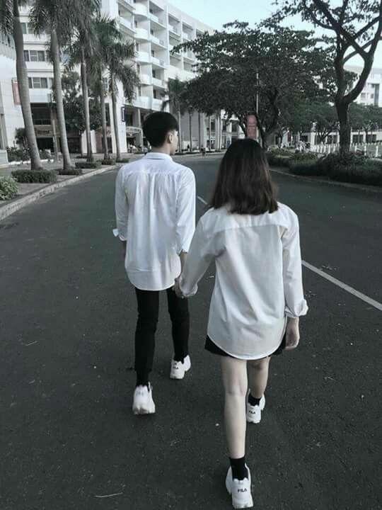 °Si bien es algo tímido y reservado con las muestras de cariño, lo que si haría sin importar el lugar es tomar tu mano cuando caminan juntos pues es una forma de asegurarse que sigues junto a él y de que estás bien
