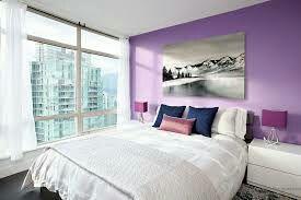 Она идеальна: сама комната выполнена в бело-лиловых тонах,  окно  в пол открывает вид на весь Лос-Анджелес, просторная белая кровать, напротив кровати весит телевизор, помимо основной двери в комнате есть еще 2 двери : одна в ванную, другая в гард...