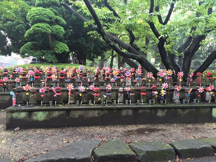 Tokyo Tower နားက ကေလးသခ်ႋဳင္းေလးေသခ်ာတခုခ်င္းစီအနားကပ္ၾကည့္မိရင္ငိုခ်င္မိလာတယ္