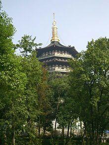 *Pagoda Leifeng adalah menara setinggi lima lantai dengan delapan sisi, terletak di Sunset Hill di selatan Danau Barat di Hangzhou, Cina