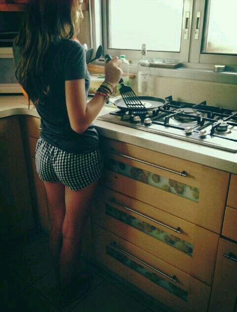 фото женщина на кухне в нижнем белье