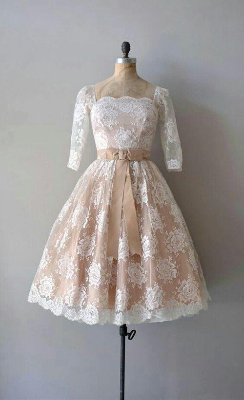 Mikyung tampil dengan balutan gaun berenda berwarna salmon yang sangat pas menyatu pada kulit putihnya, dan make up yang sederhana membuat kecantikan alaminya semakin terlihat