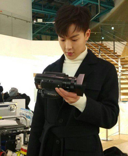 °Los chicos llegaría a darte un premio: La única persona que fue capaz de que Shownu hyung ponga otra expresión en una selca