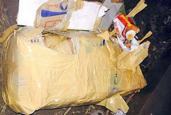 Polisler çöp dökümhanesine yaklaştıklarında çöp bidonunun içerisinde buldukları şerit bant ile sarılmış bir paket buldular