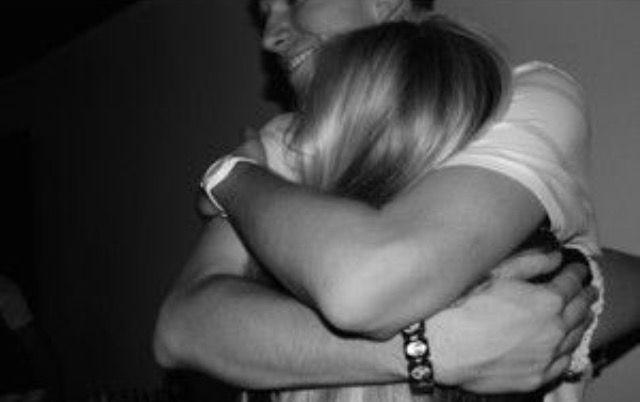 Me abraza, la verdad que lo echaba de menos abrazarle