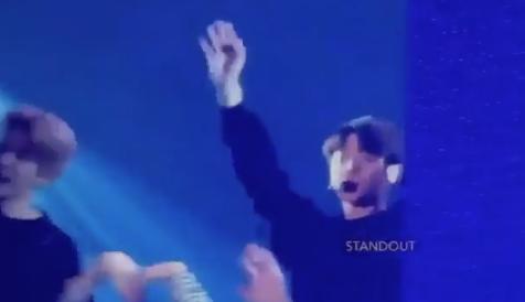 Khi JK vừa catwalk với Jimin Style xong thì concert cũng khép lại =)) Cả nhóm vẫy chào tất cả :<