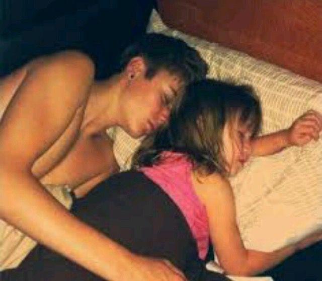 сестра увидела младшего брата голым в постели