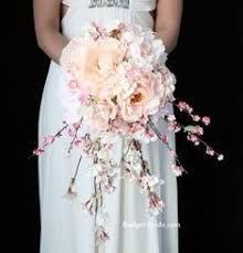 Espere a que las demás se terminaran de arreglar y caminamos a otro lugar, mediero mi ramo de flores que eran flores blancas y rosa pálido