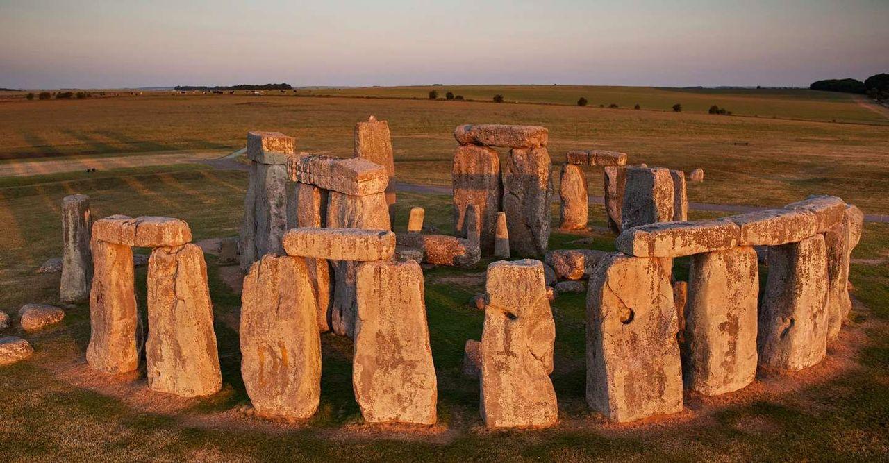 Несъмнено за хората, наблюдавали изгрева над каменните плочи, Стоунхендж е имал древна религиозна и Астрологична функция