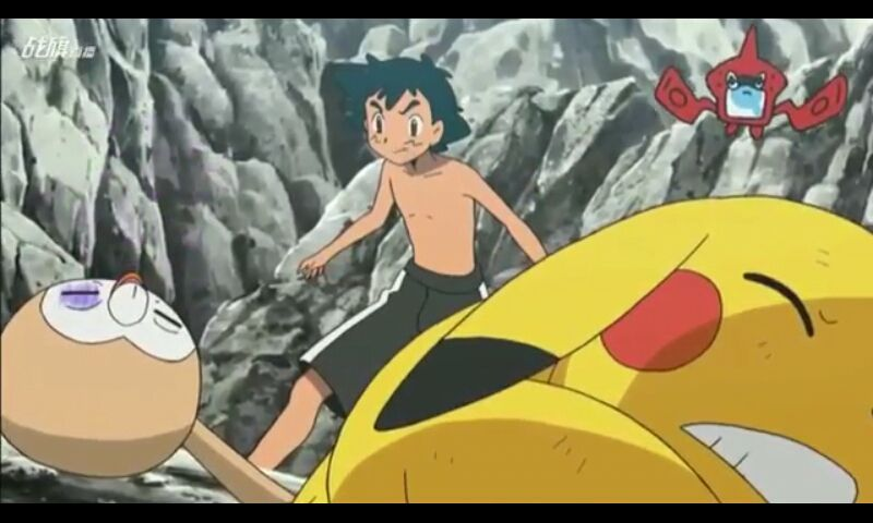 """Então quando Mimikyu faz sua cauda crescer para finalizar Pikachu e Rowlet o Bewear aparece e leva a equipe rocket para """"decolar"""" se é que me entende"""