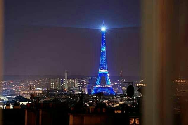 Di tempat mereka makan, mereka dapat melihat menara Eiffel yang bercahaya di tengah-tengah langit malam dan cahaya lampu kota