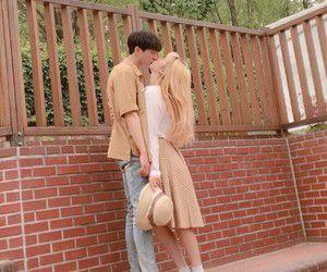 °A Yugyeom se le hace muy tierno el hecho de que a veces no puedes alcanzarlo cuando quieres y por esa razón casi siempre es él quien te besa a ti