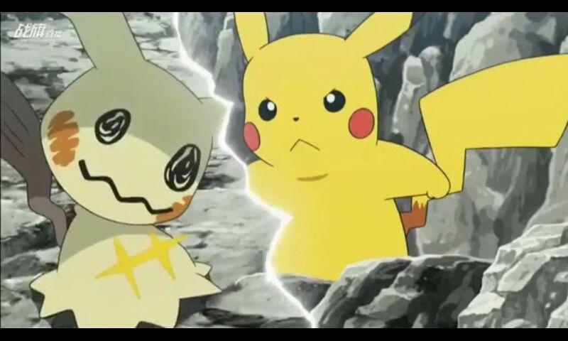 Ash logo foge por serem tipos venenosos e uma delas gruda em James, mais logo depoisse deparam com a equipe rocket e já começam uma batalha de rivalidade entre Pikachu e Mimikyu e Rowlet e Mareanie