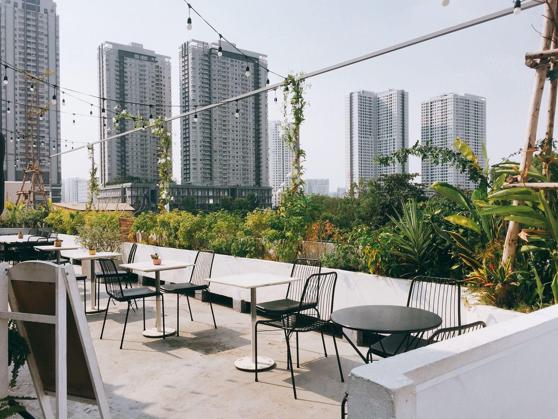 Khác một chút là Nắng ở đây toạ lạc trên sân thượng của một toà nhà 3 tầng nên chúng ta có thể ngắm cảnh rất tuyệt đó nha chứ không phải chỉ ngắm cây ngắm muông thú như trong TXĐTGM đâu