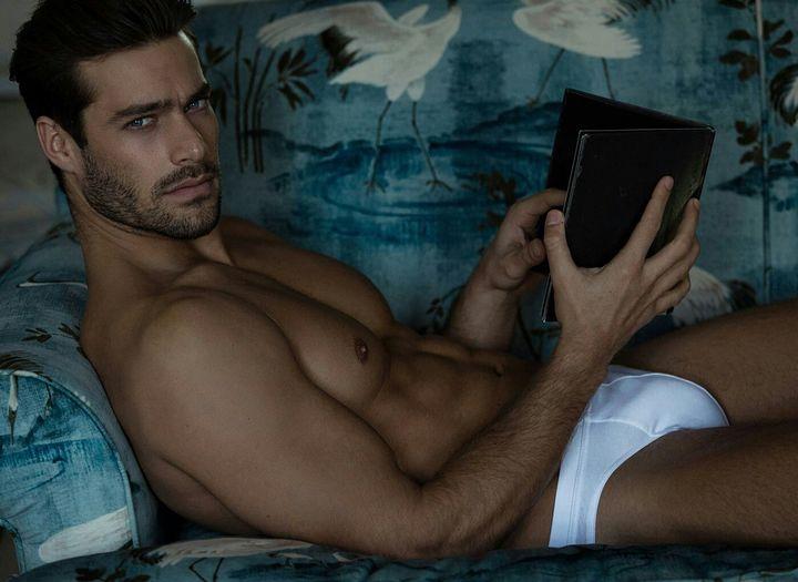 Τον βρήκε να κάθεται χαλαρός στο σαλόνι του διαβάζοντας ήρεμος ένα βιβλίο όταν βρέθηκε δίπλα του νυχοπατώντας και έσκυψε να τον φιλήσει αιφνιδιάζοντάς τον