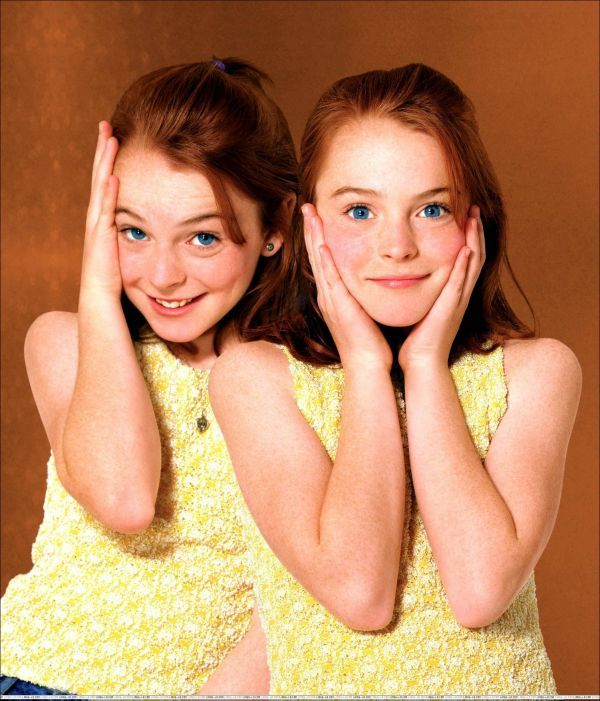 """Queste sarebbero la protagonista e sua sorella gemella (chi ha visto il film """"Genitori in trappola"""" può capire, è il mio film preferito)Immaginatevele un po' più cresciute, che abbiano 14 anni:)"""
