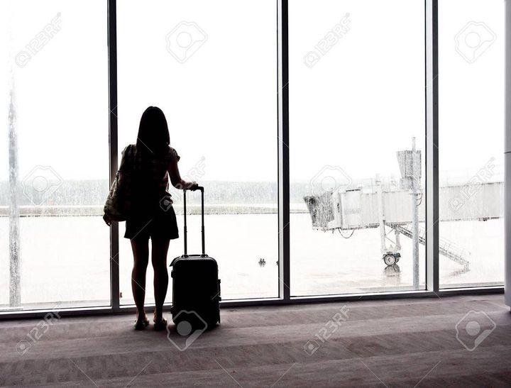 La tête pleine de pensées, elle envoya un message à ses parents pour les informer qu'elle arriverais à telle heure puis elle attendit