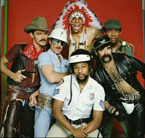 Yo estoy vestido del vaquero, Caleb del que repara, Harry (mate de él) de policía, Evans del policía en motocicleta y Andrés el que tiene el casco
