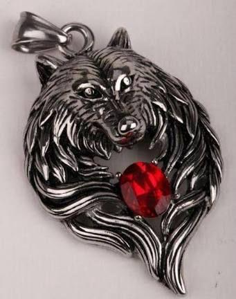 Tần Gia Uy thò tay vào trong cổ áo sơ mi của mình, anh cầm lấy cái mặt dây chuyền hình con sói được đeo trên cổ của anh ra